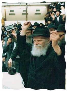 Le Rabbi encourage le chant des 'hassidim lors d'un farbrenguen