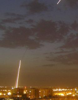 """Fusée du """"Dôme de Fer"""" interceptant un missile palestinien"""