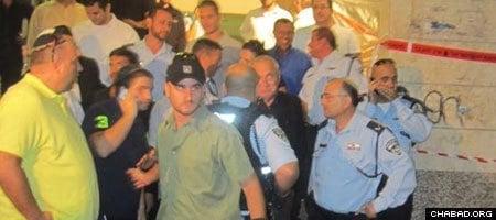 Israeli Public Security Minister Yitzhak Aharonovitz (center) confers with local authorities.