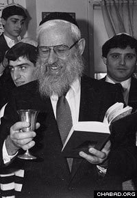 Rabbi Hecht officiating at a circumcision in the Syrian Jewish community. Photo: Lubavitch Archives