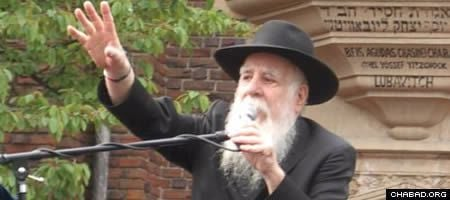 """A beloved writer, teacher and speaker, Rabbi Yosef """"Uncle Yossi"""" Goldstein was often featured at children's events and at parades on the holiday of Lag BaOmer."""