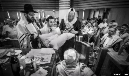 A brit milah in Berlin, led by Rabbi Yehuda Teichtel (Photo: Clifford Lester)