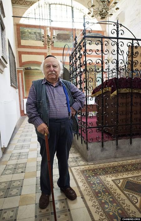 Leopold Kozlowski, a noted Holocaust survivor, visiting the Krakow synagogue (Photo: Clifford Lester).