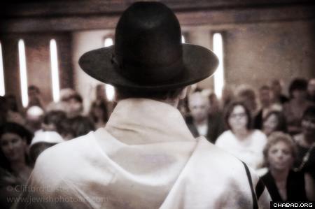 Rabbi Yehuda Teichtel, addressing the congregation in Berlin. (Photo: Clifford Lester)