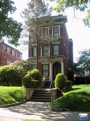 La fachada de la casa del Rebe en la calle President