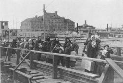 Immigrants arriving at Ellis Island in New York (Photo: Library of Congress)