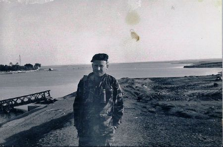 """קצין צה""""ל על רקע תעלת סואץ. צילום: אביבה שני"""