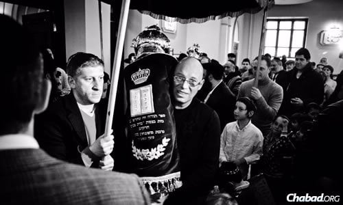 Just a few days before Passover, the Kharkov Jewish community celebrated the completion and dedication of a new Torah scroll.