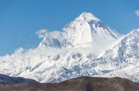 ההרים והמסלול היפהפה מושך מאות אלפי מטיילים מרחבי העולם.