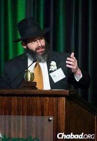 The rabbi addresses the crowd gathered at the April 28 awards dinner. (Photo: Colorado State University Alumni Association)