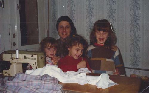 תמונה מפעם, עם הבנות
