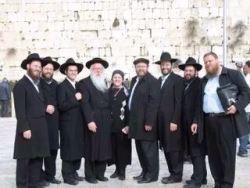 הרבנית רחל פרקש עם בעלה הרב יקותיאל וכמה מהילדים, בחזית הכותל המערבי