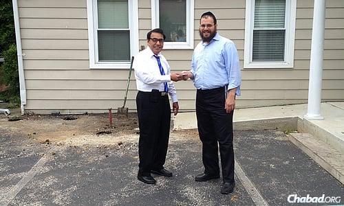 Dr Gulamnabi Vahora, à gauche, et Rav Yossi Kaplan ont partagé le coût d'un parking nouvellement goudronné pour le centre juif 'Habad du comté de Chester, en Pennsylvanie, à l'initiative et grâce à la bonne volonté de Dr Vahora.