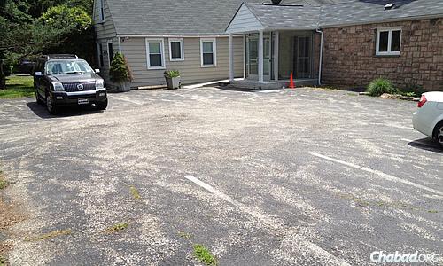 Auparavant, le parking était plein de trous et de fissures dus à l'usage intensif et à l'hiver rigoureux.