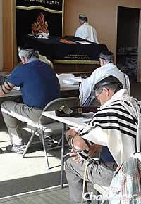 """As part of the """"Arms for Israel"""" campaign, the Men's Tefillin Club at Chabad Jewish Center of Snohomish County in Lynnwood, Wash., recited blessings for Israel soldiers and civilians."""