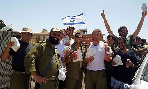 On Wednesday, Chabad representatives brought 450 falafel in pitas, paid for by sponsors, to soldiers near the Gaza border. And about 150 of them wrapped tefillin, some for the first time.