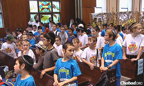 Campers in Montreal gathered recently at Shomrim Laboker synagogue for a rally to support the people of Israel.