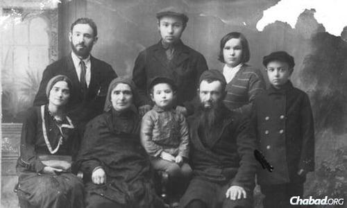 Rabino Michoel e Sarah Katsenelenbogen com seus filhos. O pequeno Moshe está sentado entre seus pais.