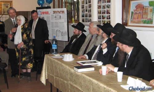 Roza Melamed told her story at an event in Kostroma a few years ago to an audience that included Rabbi Berel Lazar, right, the chief rabbi of Russia.