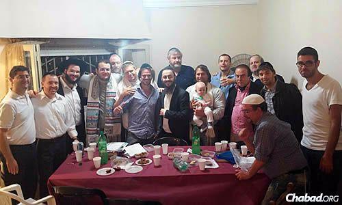 """Los congregantes """"desayunando"""" al culminar Iom Kipur (Levy está parado, tercero de la izquierda; Setton sentado en el centro)"""