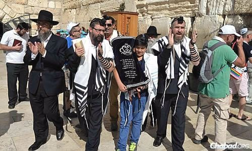 Roee holds the Torah at the Kotel area, accompanied by rabbis Prus, Kutner and Swerdlov. (Photo: Meir Alfasi)