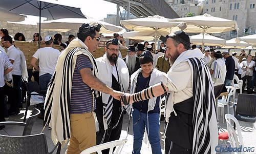 A family friend of the Mendeloviches, Kutner, Roee and Swerdlov. (Photo: Meir Alfasi)