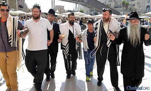On their way to read from the Torah, from left: a family friend, a man at the Kotel who joined them, Prus, Kutner, Roee, Swerdlov and Rabbi Menashe Perman of Jabad Lubavitch of Chile in Santiago. (Photo: Meir Alfasi)