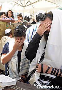 Roee and Kutner recite the Shema prayer. (Photo: Meir Alfasi)