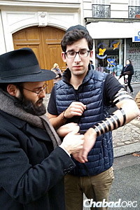 A significant contingent of young people joined in the rally, where many put on tefillin.