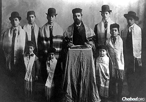 Papermaster with eight of his sons; Isadore is standing immediately to the rabbi's right. He also had four daughters. (Photo: Kevarim.com)