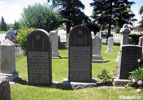 The headstones of Rabbi Benjamin Papermaster and his second wife, Anna, at Montefiore Cemetery in Grand Forks, N.D. (Photo: Kevarim.com)
