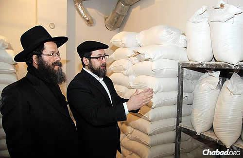 Ashkenazi reviews the bags of shmurah flour. (Photo: DJC.com.ua)