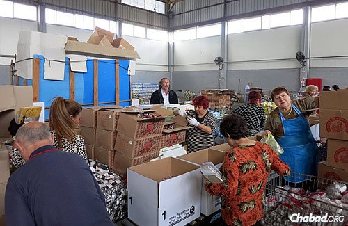 Colel Chabad has been chosen by Israel's Welfare Ministry and the American Jewish Joint Distribution Committee to implement the national Israel Food Security Project. Beneficiaries can get either a food package or a financial subsidy. (Photo: Israel Bardugo)