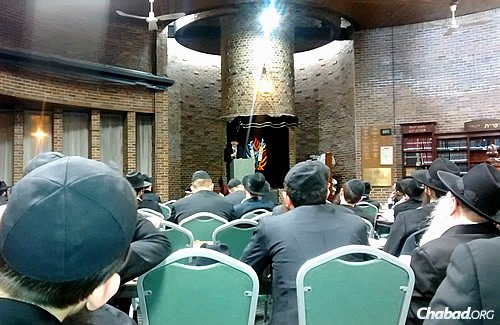 The main sanctuary of Congregation B'nei Ruven in Chicago's north side filled up for the 51st annual Kinus Torah, during which students on Passover break from yeshivahs across the world share novel Torah thoughts and insights.