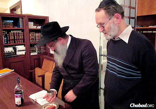Rabbi Baruch Myers conducting the brit milah of Ivan Pasternak in Vienna.