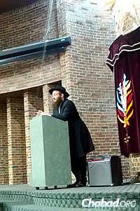 The speakers, including Rabbi Eliyahu Rapoport of London, conversed about many subjects and answered some intriguing questions.