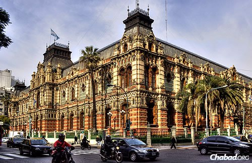"""The """"Palace of Running Water"""" (""""Palacio de Aguas Corrientes""""), also called the Water Works Building, on Córdoba Avenue in Buenos Aires. (Photo: WikiMedia Commons)"""
