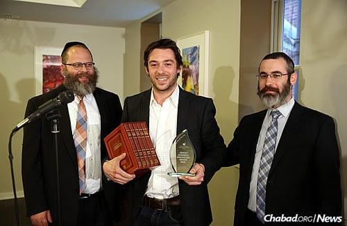 Rabinowitz, left, and Haskelevich present winner Sam Venis with the Jewish Academic Innovation Award. (Photo: Bentzi Sasson)