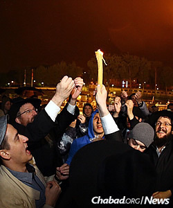 Rabbi Avi Cassel, director of Olami, an organization that supports a large portion of the trip, leads the Havdalah service after Shabbat, also near the Eiffel Tower area. (Photo: Eli Itkin)
