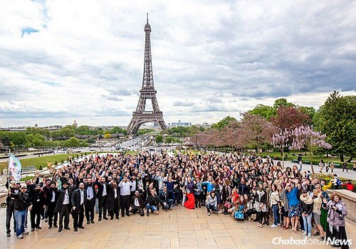 """Some 500 young Russian Jews and their community leaders pose in Paris with the Eiffel Tower in the background on the third annual """"Eurostars"""" trip to Europe. (Photo: Eli Itkin)"""