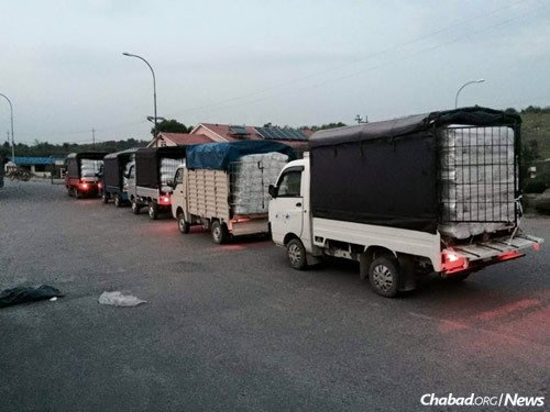 Trucks carry food, water, blankets, medication and more to different parts of the country. (Photo: Chabad of Nepal)