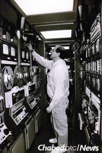 Checking the equipment. (JEM Photo)