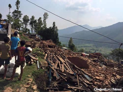 Nepalis waiting for aid examine what once were their homes. (Photo: Chabad of Nepal)