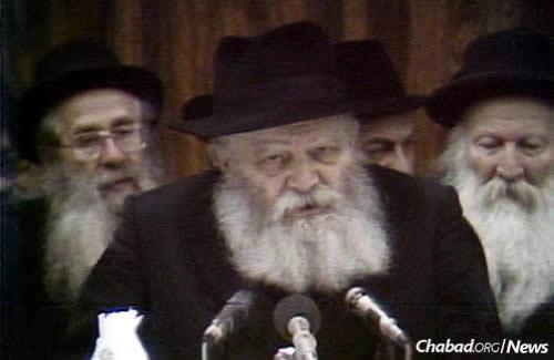The Rebbe leading the farbrengen on July 14, 1981. (JEM Photo)