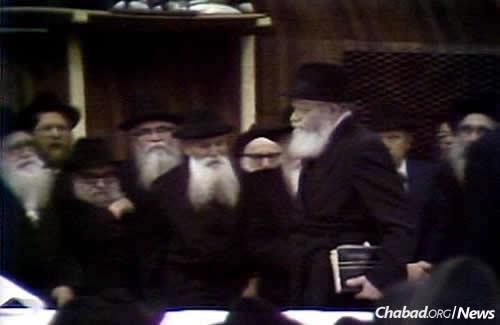 The Rebbe entering the farbrengen. (JEM Photo)