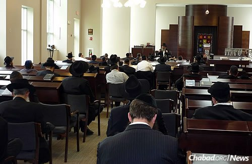 Lectures and study groups around the world, like this one in Chicago, have been held to strengthen people's connection to the ideals and teachings of the Lubavitcher Rebbe. (Photo: Menachem Posner)