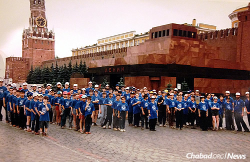 """With the walls of the Kremlin and Lenin's tomb behind them, the campers at Gan Israel Moscow call out the 12 """"pesukim"""" (Torah passages). The Soviet Union officially disintegrated days later."""