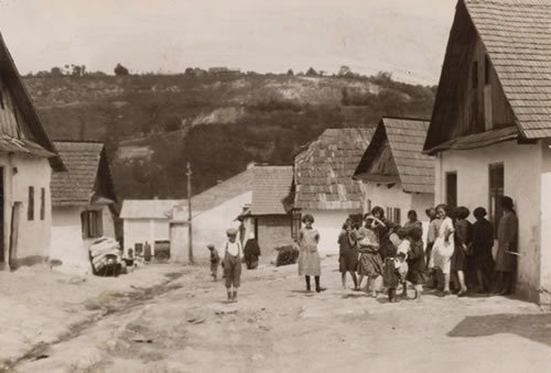 Women and children in the shtetl of Czortkow, Ukraine. (photo: Alter Kacyzne)