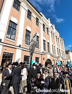 Hundreds at an outdoor ceremony fete the synagogue's new look. (Photo: Eli Segal)