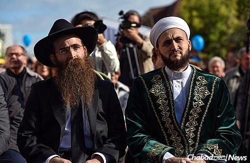 Rabbi Yitzchak Gorelik, chief rabbi and Chabad-Lubavitch emissary in Kazan, left, and the mufti of Tatarstan, Kamil Hazrat Samigullin (Photo: Eli Segal)